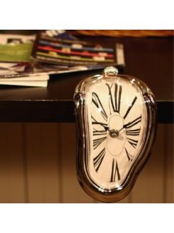 Часы Сальвадора Дали стекающие с полки